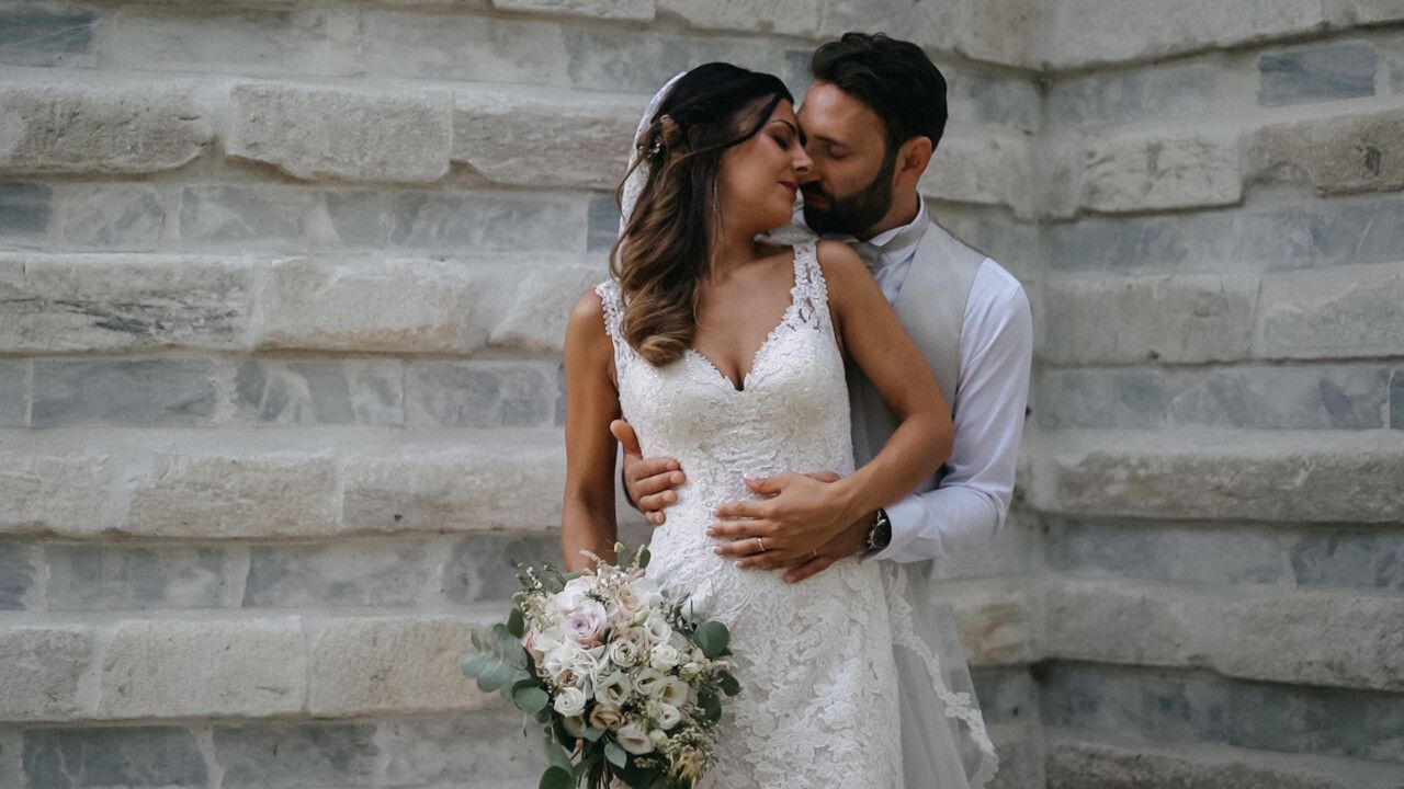 Alessandro e Sara che si abbracciano dietro la chiesetta di Valle di Badia, Antico Borgo in Toscana