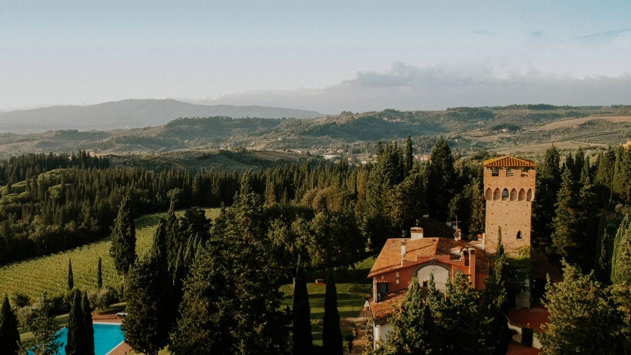 Antica Fattoria di Paterno vista dall'alto con le colline che fanno da sfondo