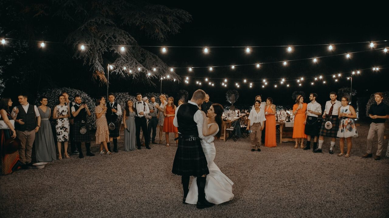 Kathryn & Ross first dance, surrounded by their friends and parents at the backyard of Tenuta Maria Teresa