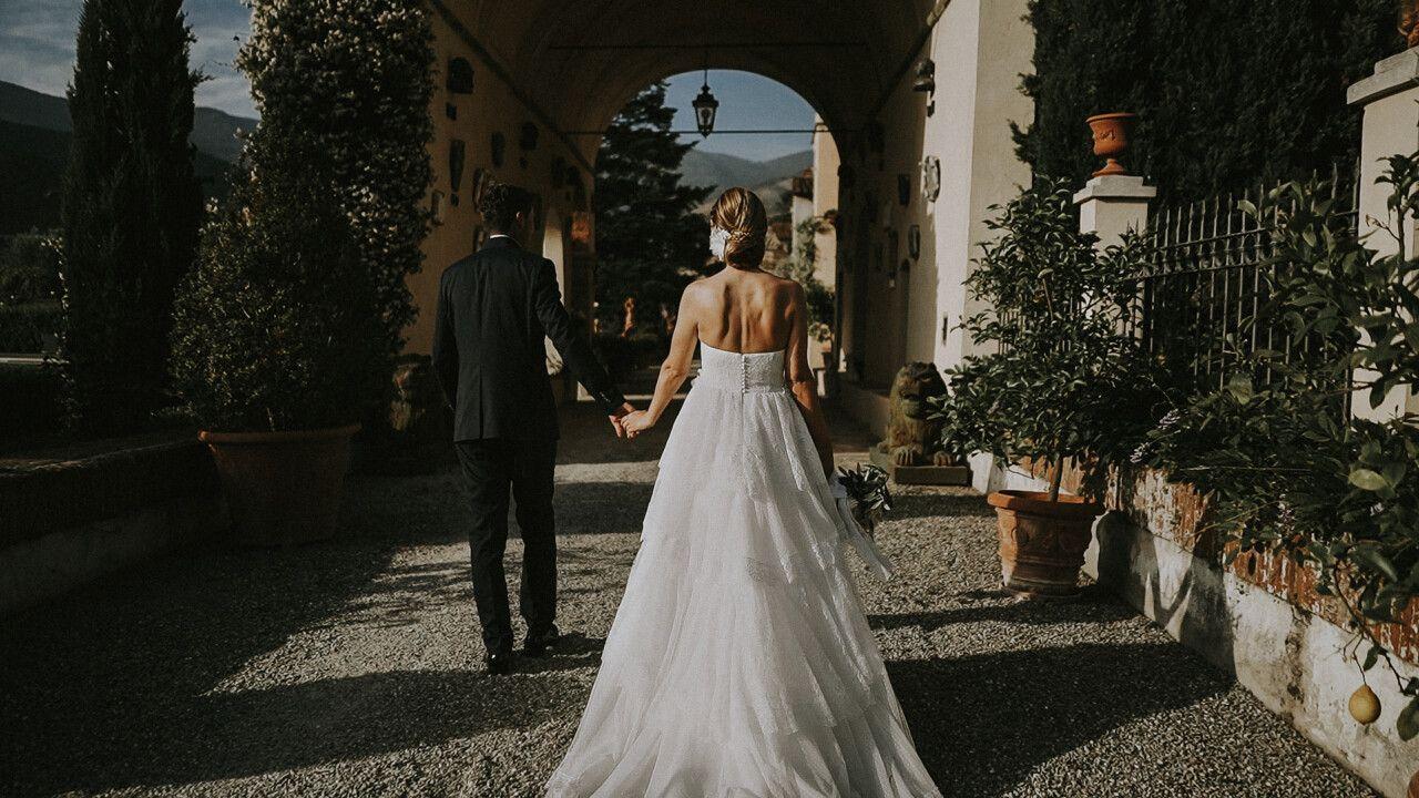 Ingresso sposi a Villa Scorzi visti di spalle, risalta l'ampia gonna bianca dell'abito di Silvia.